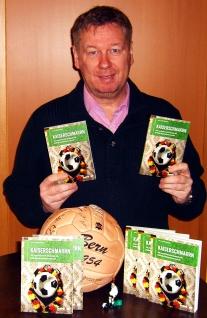Der Autor mit seinen Büchern